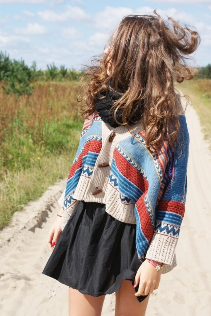 stylizacja sweter w azteckie wzory zakolanówki