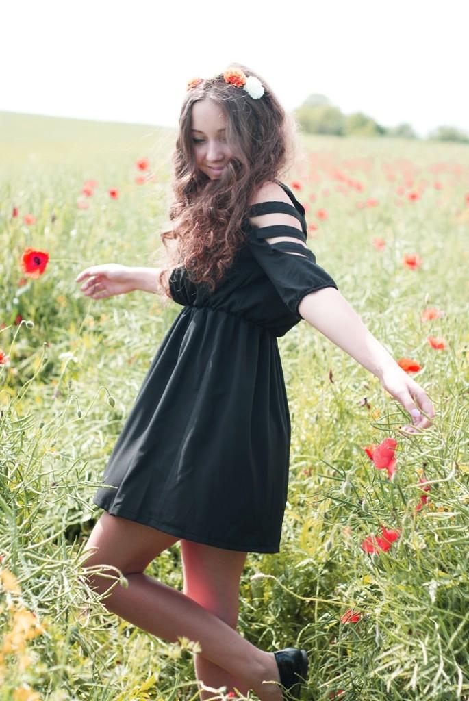 wianek asos czarna sukienka romwe z wycięciami