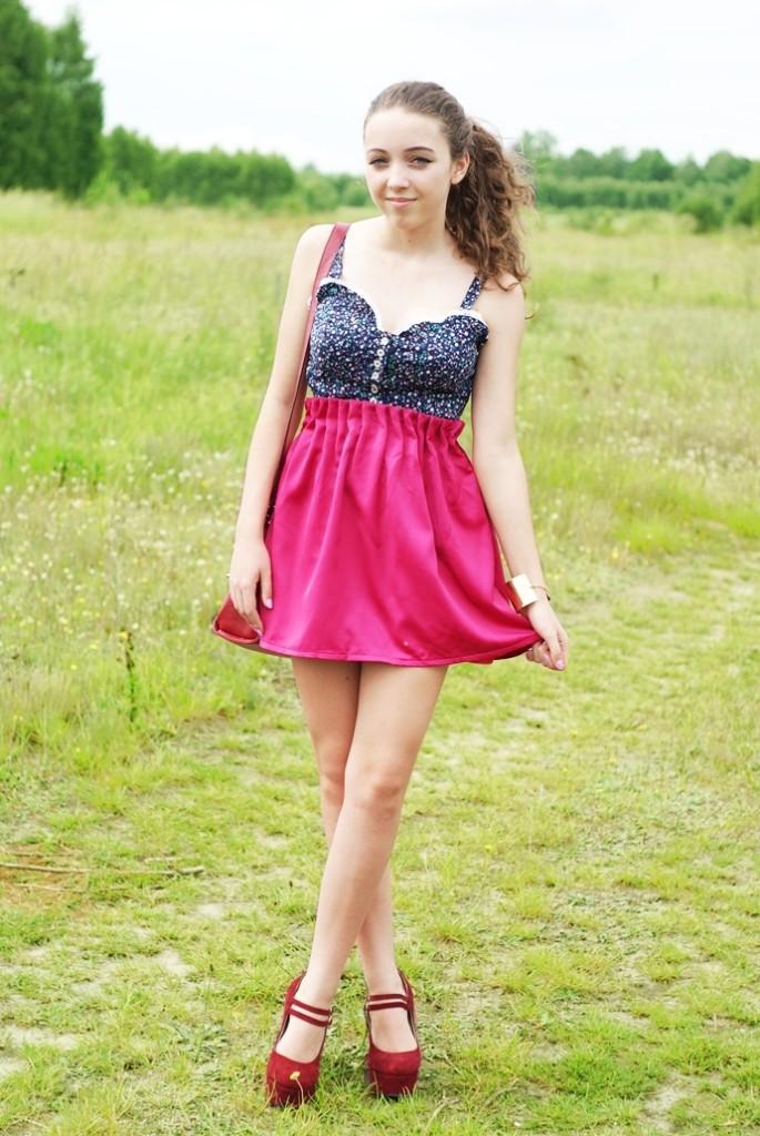 Gorset w kwiaty w stylizacji z różową spódnicą