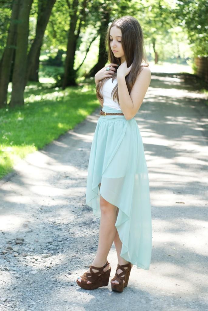 błękitna spódnica asymetryczna na lato