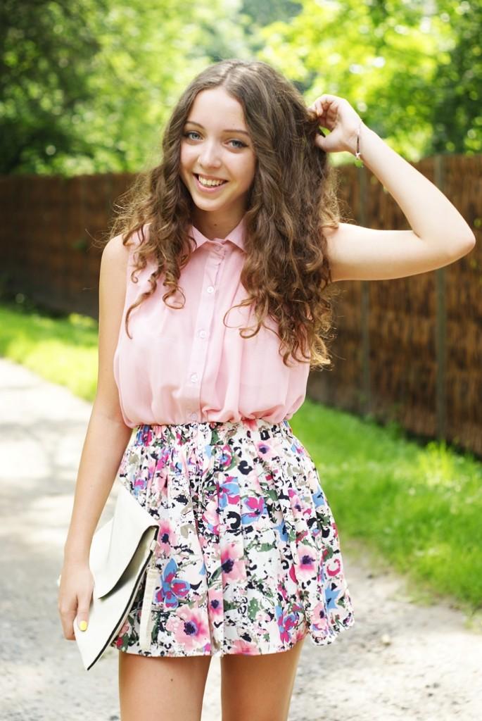 Różowa koszula i spódnica w kwiaty