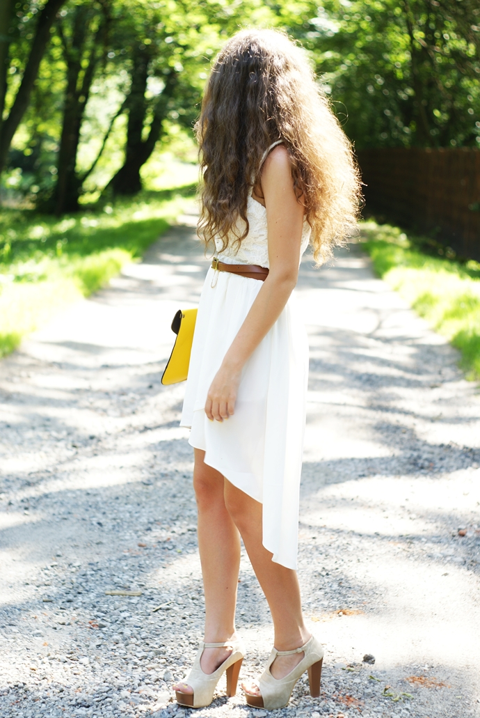 Szydełkowy gorset z asymetryczną białą spódnicą