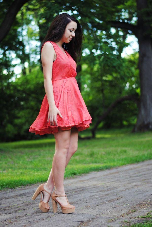 Koralowa sukienka koronkowa