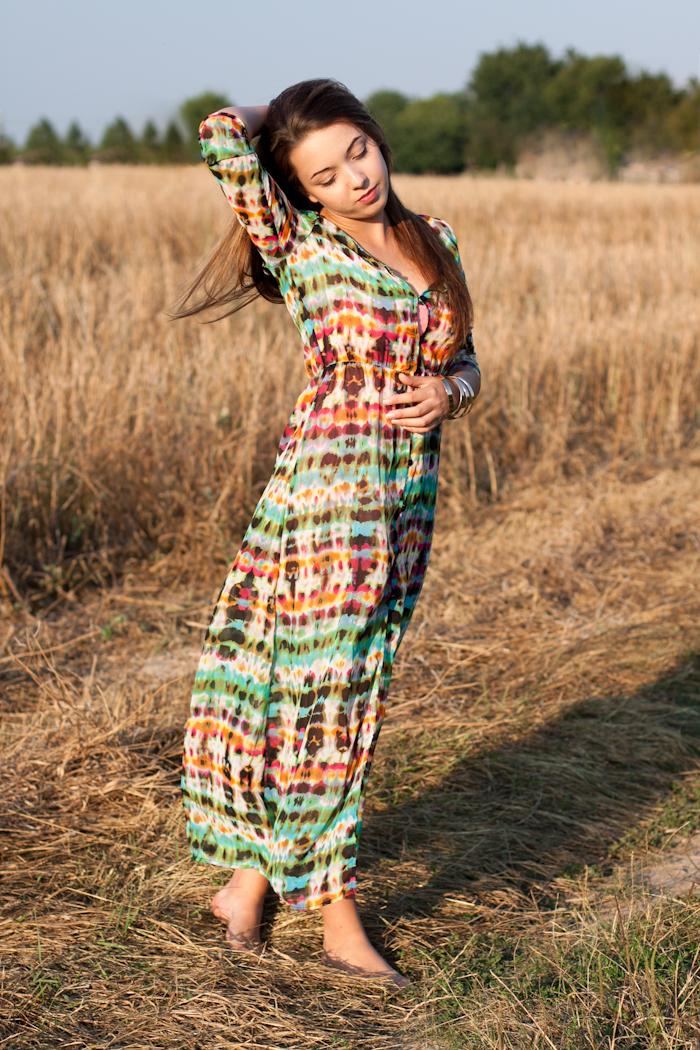 kolorowa sukienka maxi stylizacja festiwal