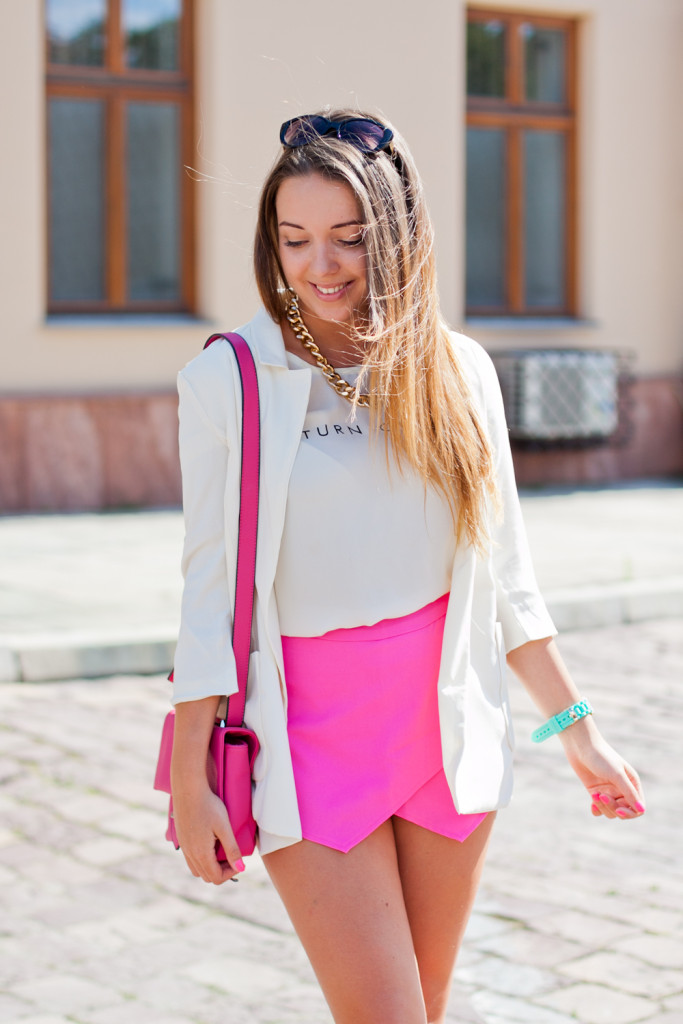 Think pink - outfit with neon pink shorts