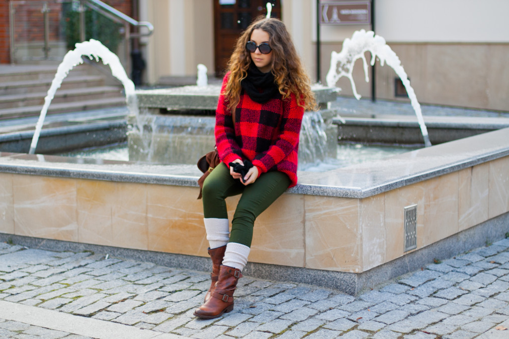 stylizacja z swetrem w kartę look with checked sweater