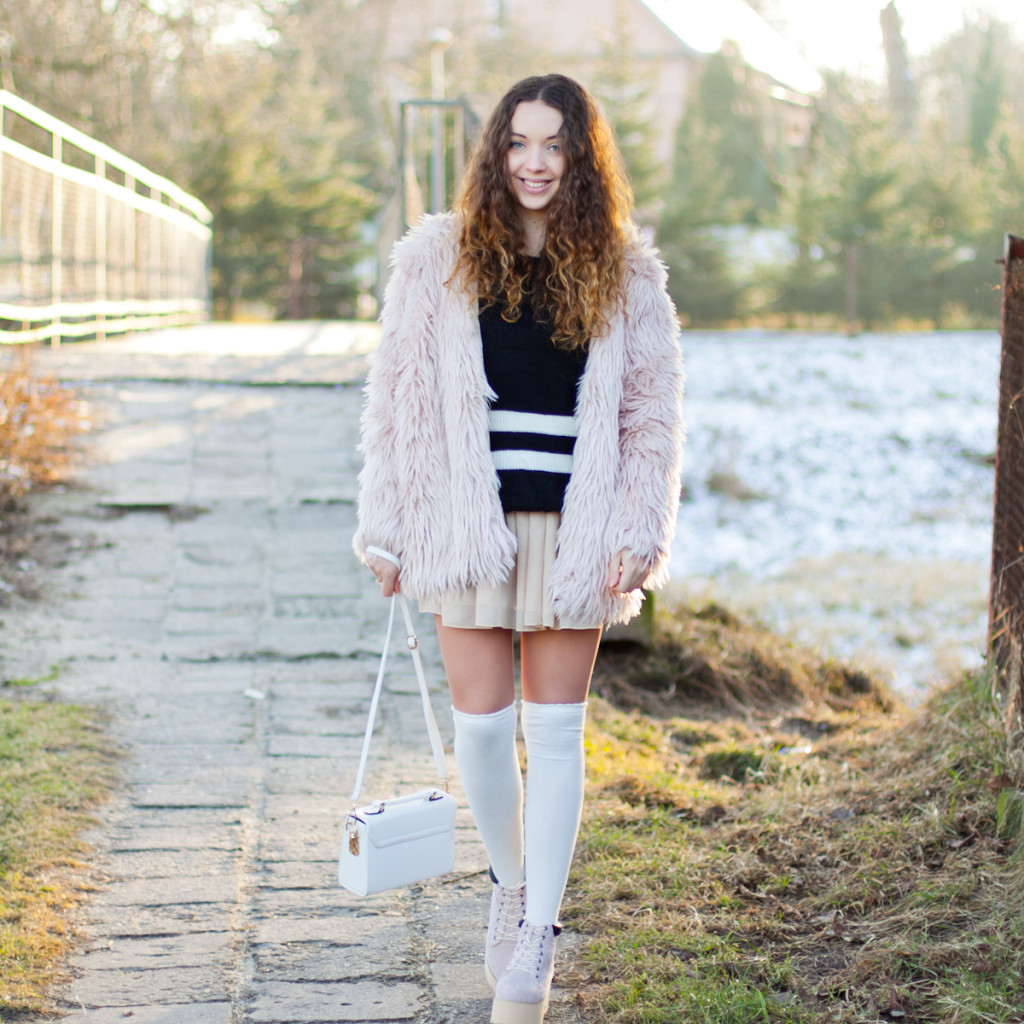 stylizacja z zimowym, różowym, pastelowym futrem