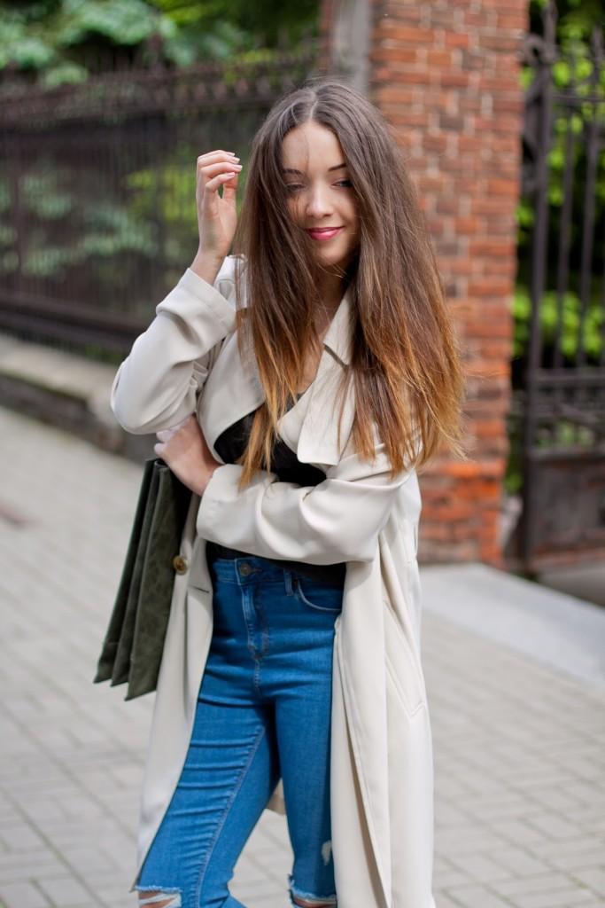 Beżowy płaszcz długi trench
