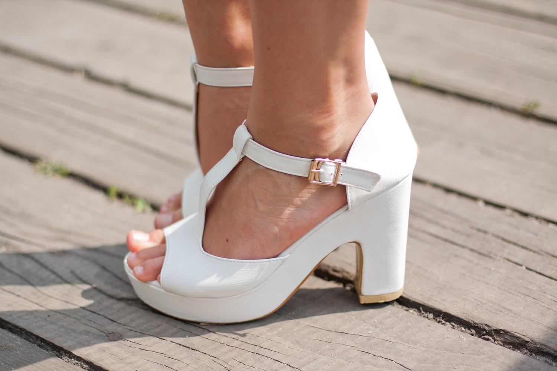 białe-sandały-na-klocku