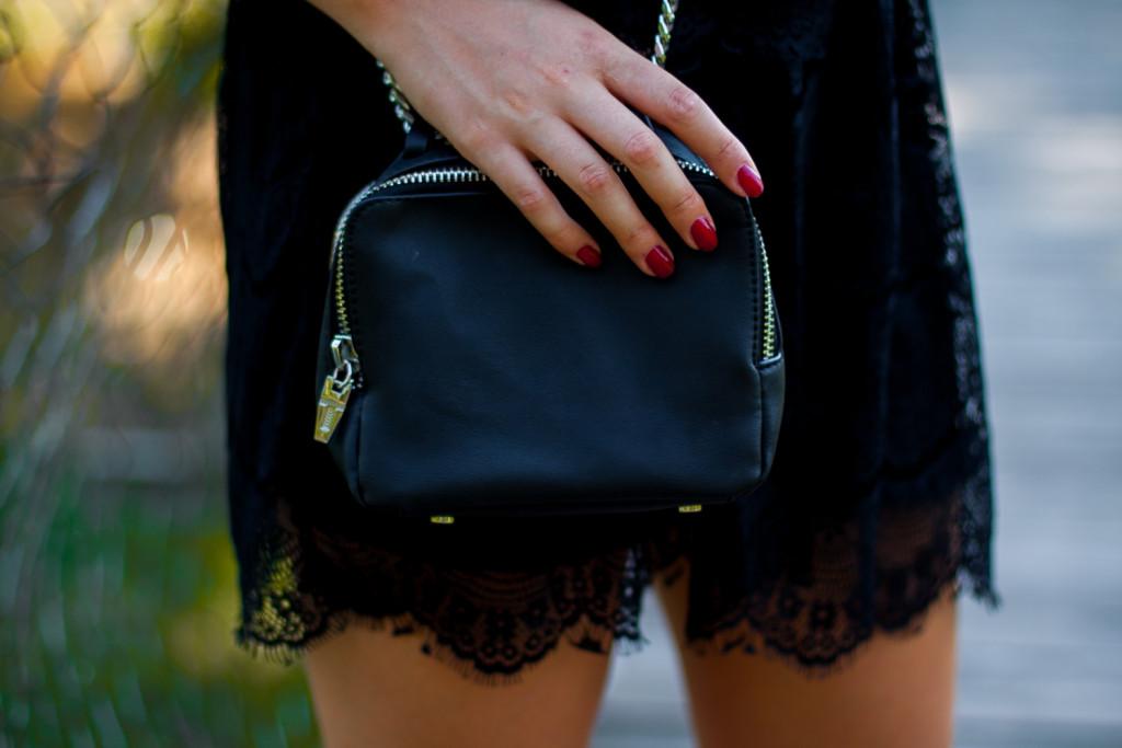 czarna torebka zara na łańcuszku