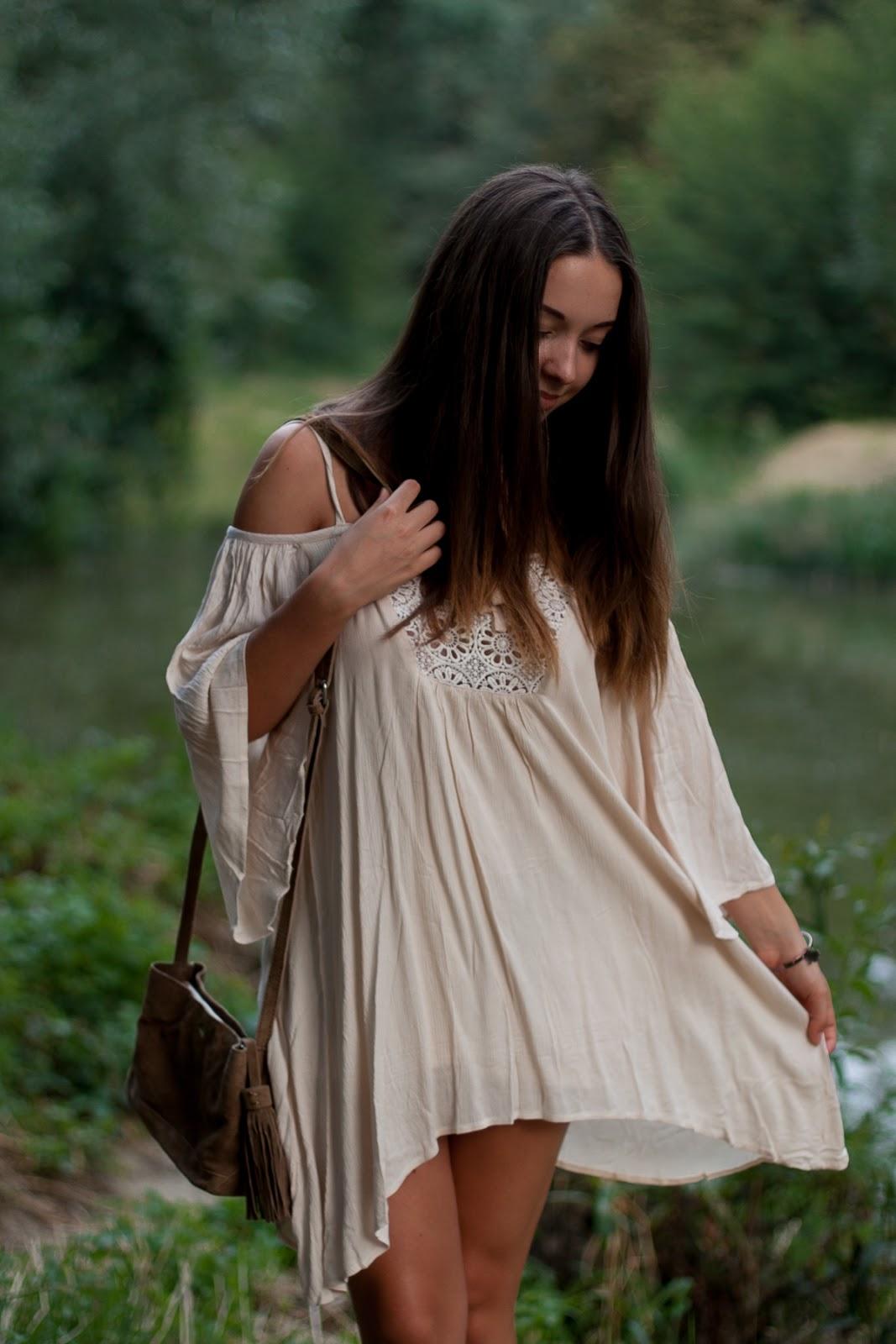 sukienka boho i torebka z frędzlami
