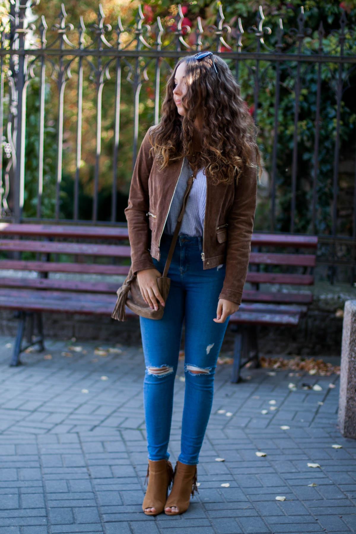jesienna stylizacja ze skórzaną kurtką i jeansami