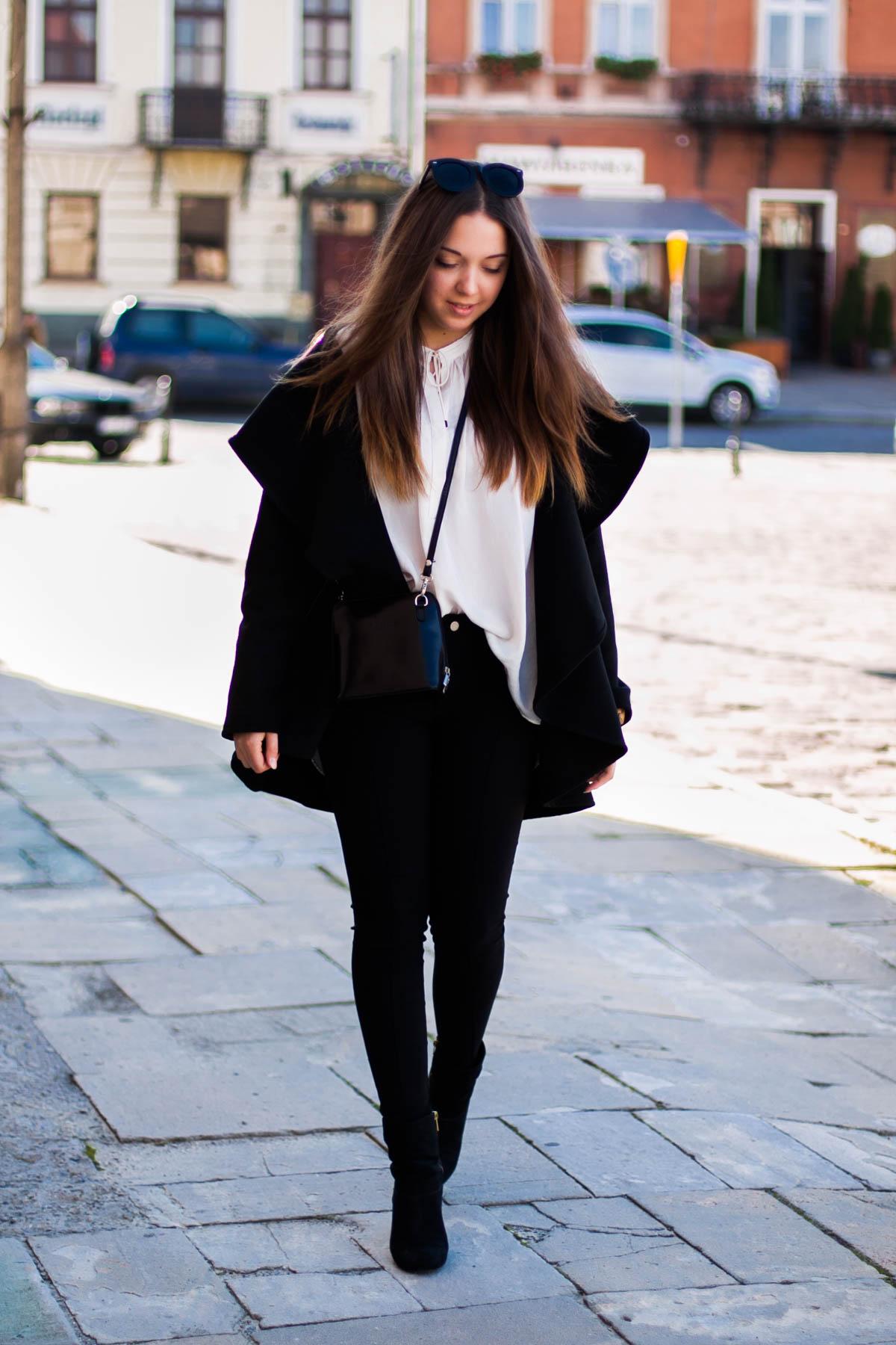 stylizacja z czarnym płaszczem jesiennym