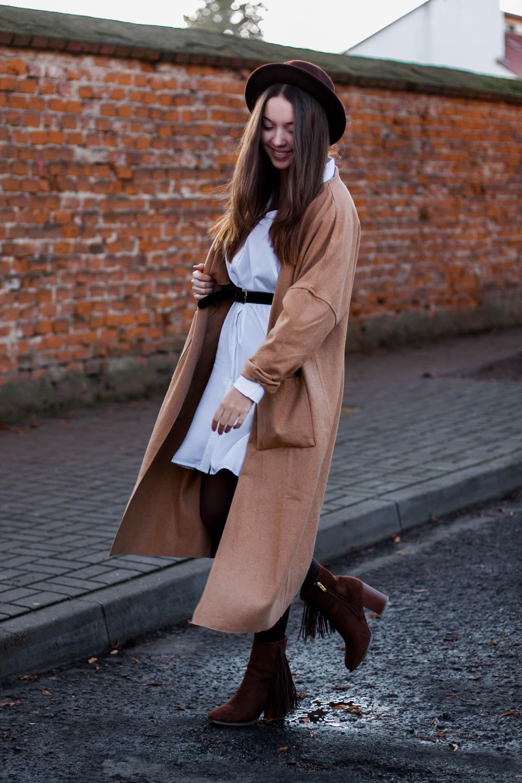 beżowy długi płaszcz stylizacja botki