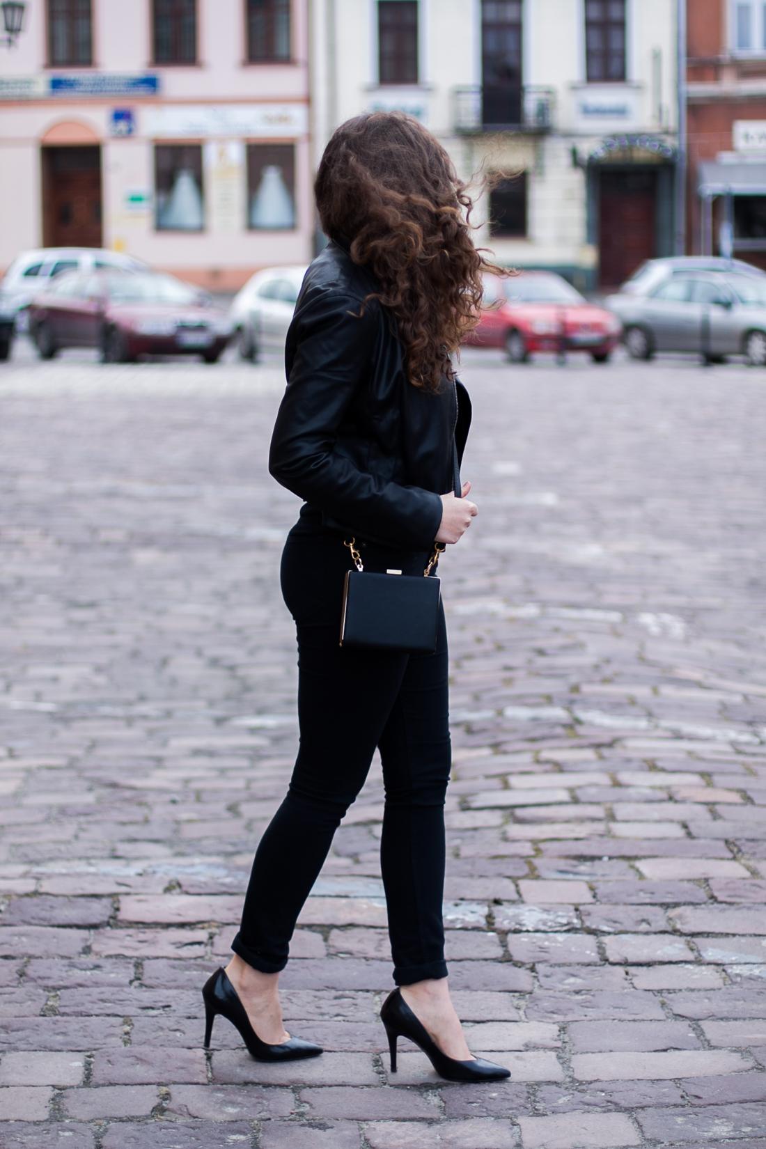 czerń stylizacja ze szpilkami