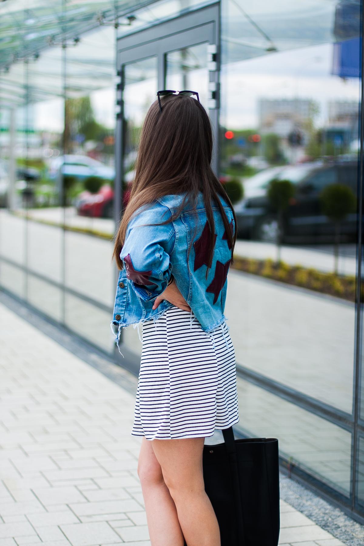 sukienka w paski biało czarna stylizacje inspiracje