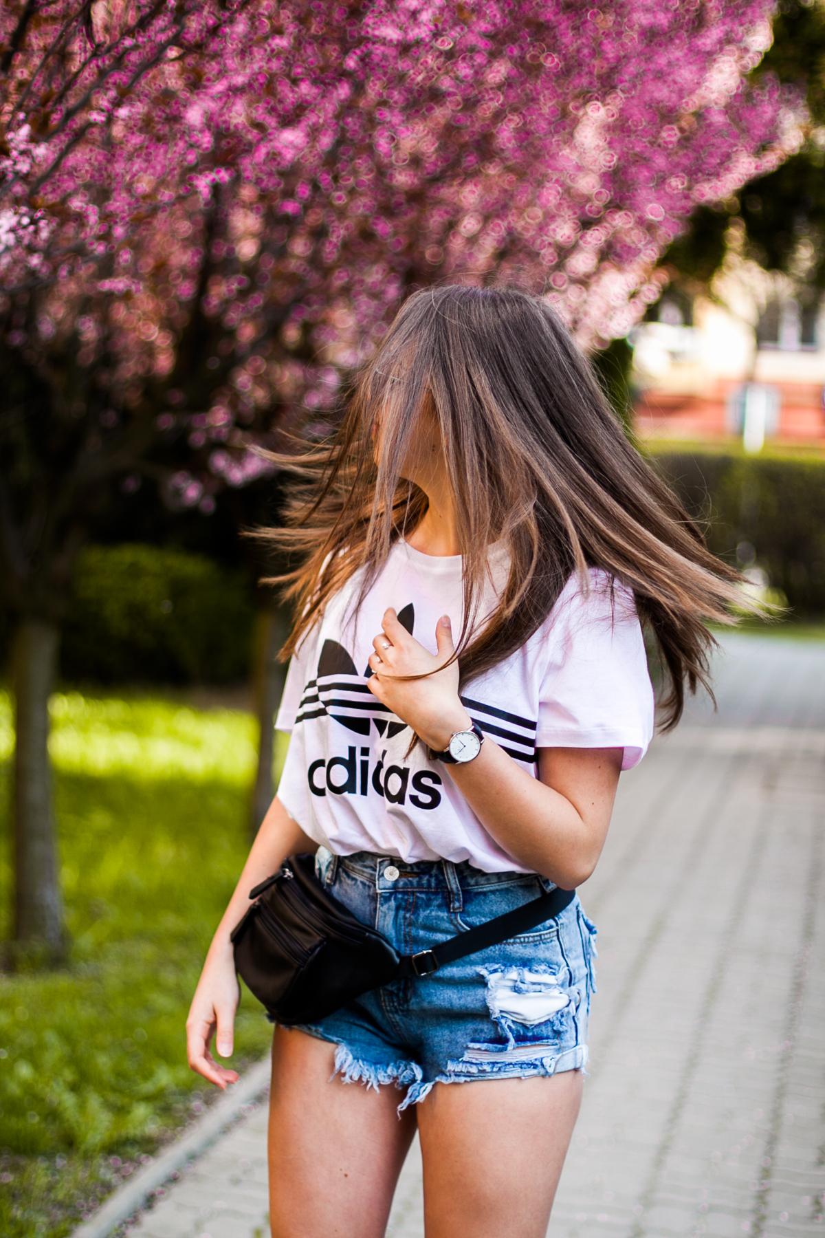 klasyczny t-shirt adidas stylizacja