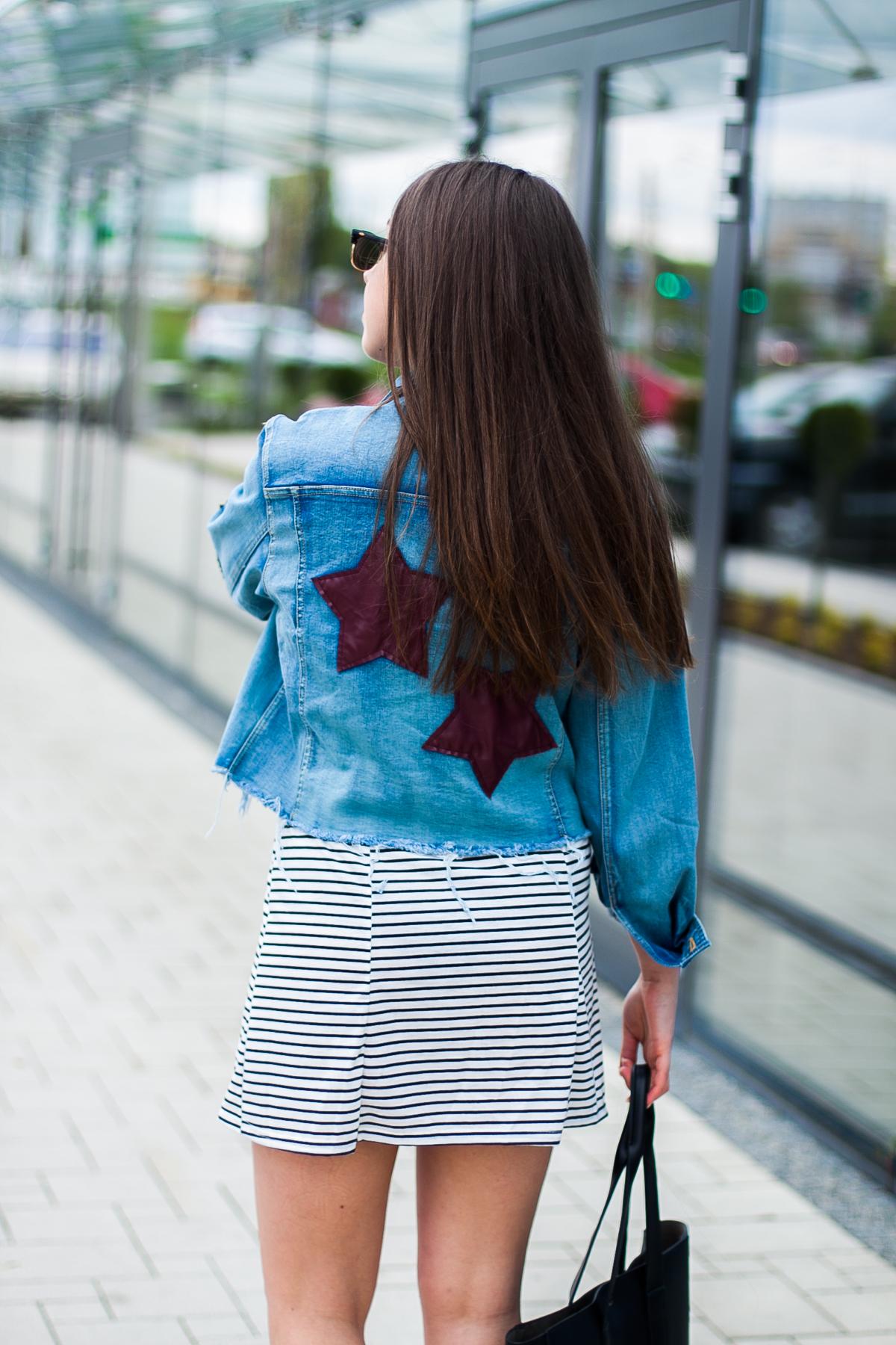 jeansowa kurtka w gwiazdy
