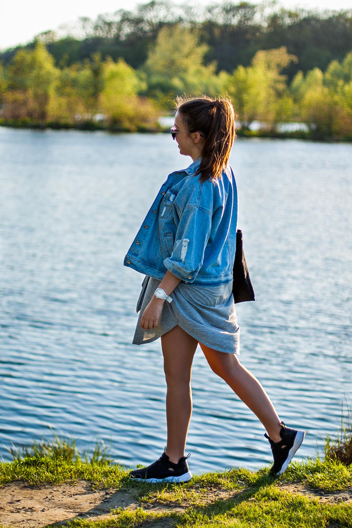 sportowe buty i sukienka stylizacje blog