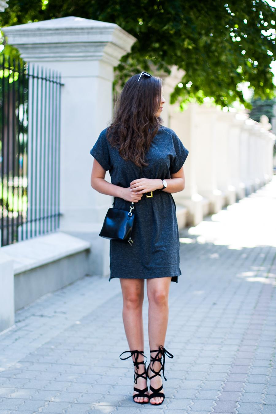 czarne wiązane sandały na słupku stylizacja