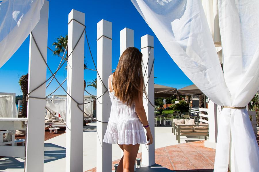 biały kombinezon stylizacja na plażę