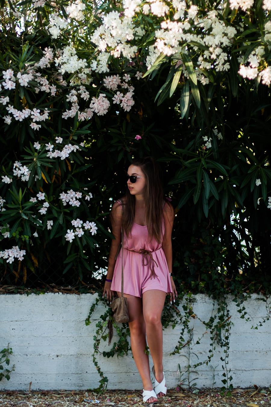 stylizacja z różowym kombinezonem