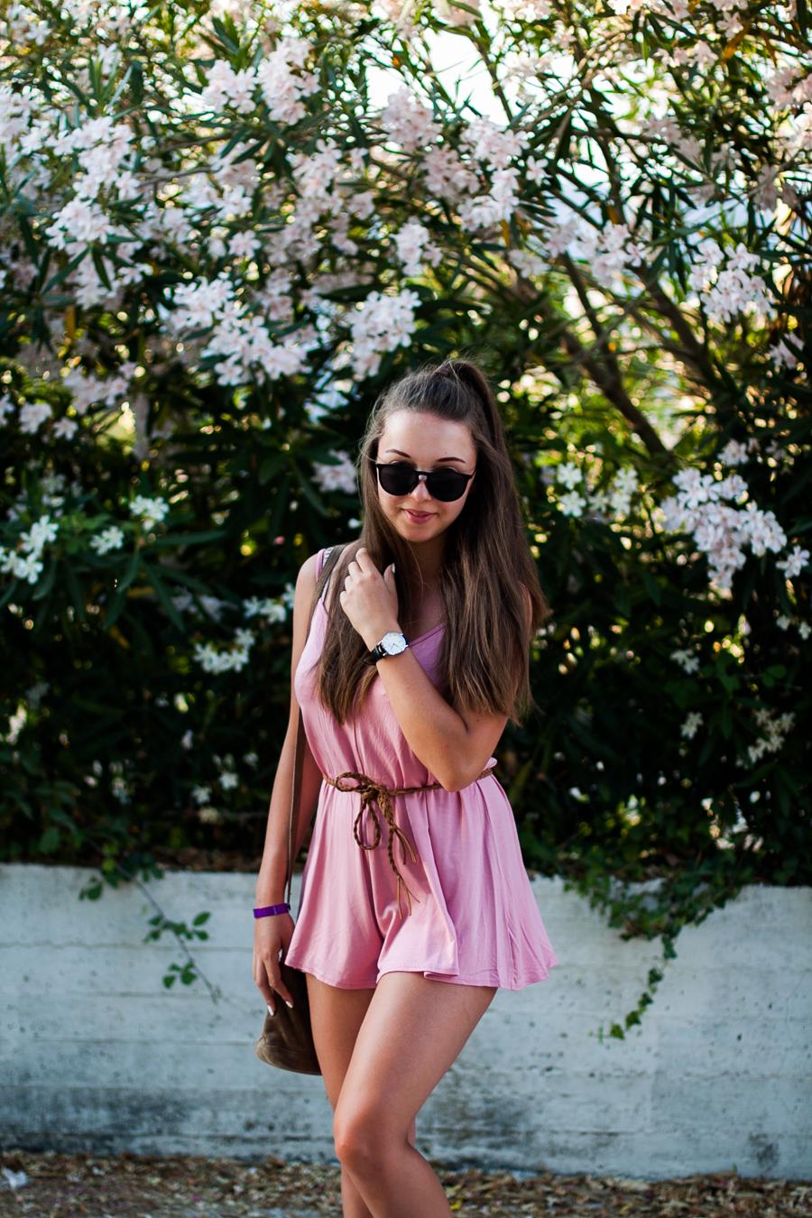 różowy kombinezon pastelowy wakacyjna stylizacja