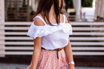 Biała bluzka hiszpanka w stylizacji