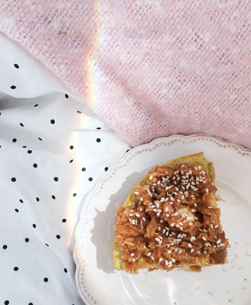 omlet jabłkowy z masłem orzechowym przepis