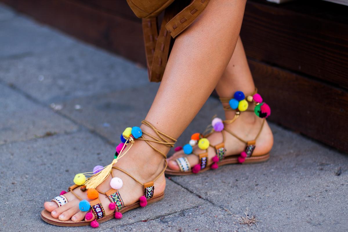 Sandały z pomponami stylizacja deezee