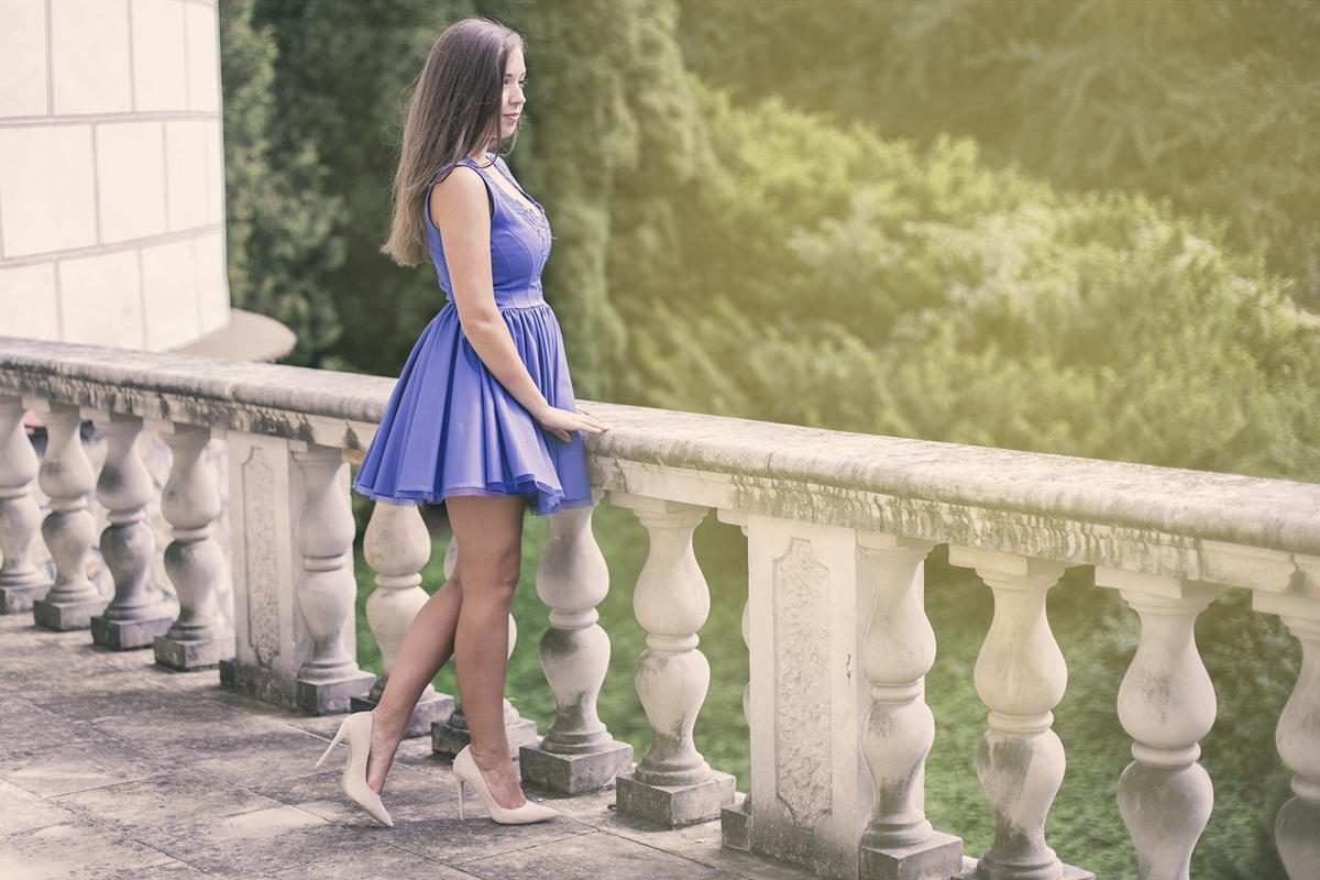 Niebieska chabrowa sukienka na wesele