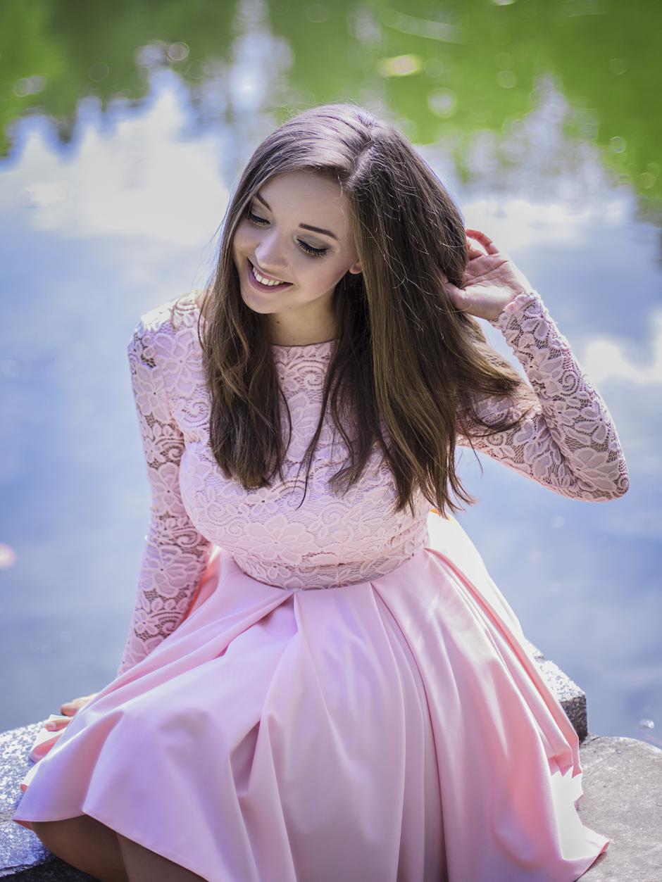 Różowa koronkowa sukienka na wesele Lou rozkloszowana