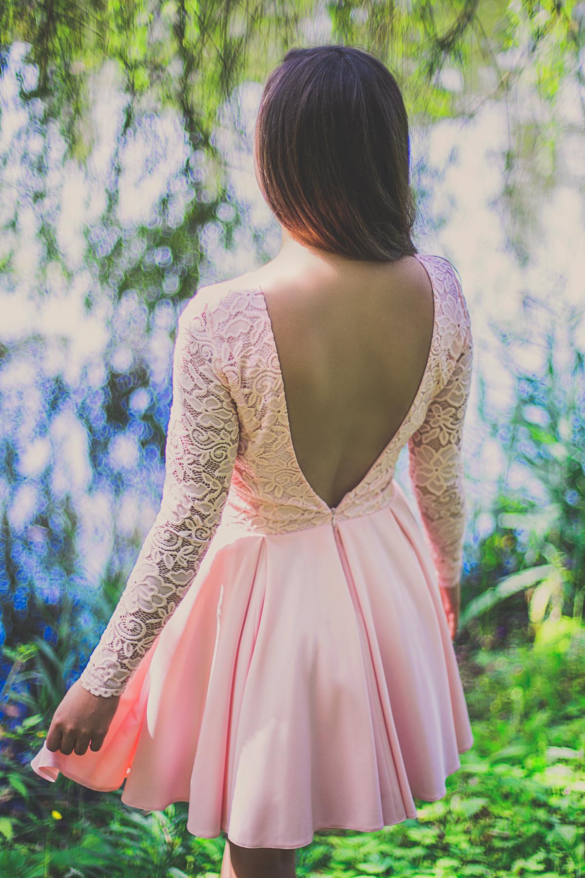sukienka na wesele z odkrytymi plecami