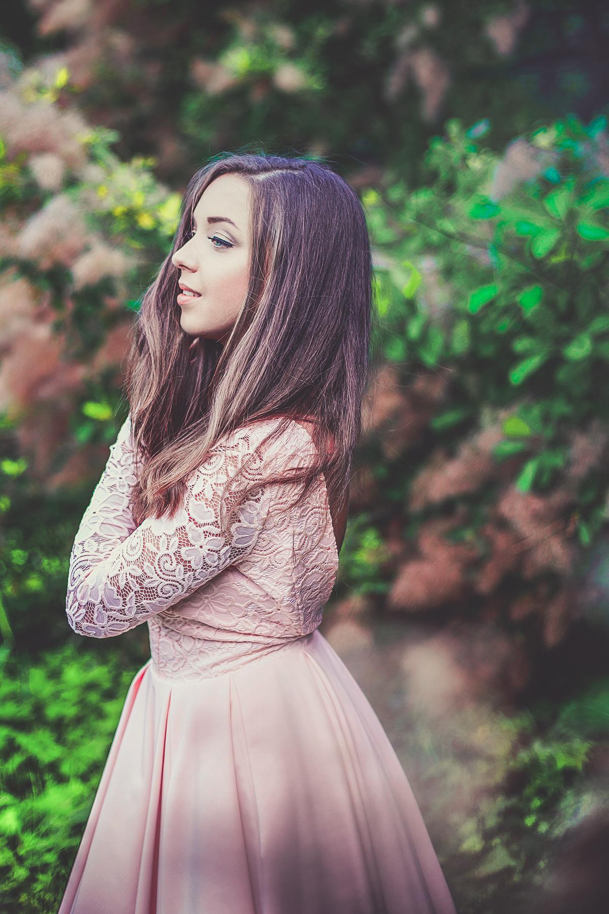 sukienka na wesele różowa z koronką i odkrytymi plecami