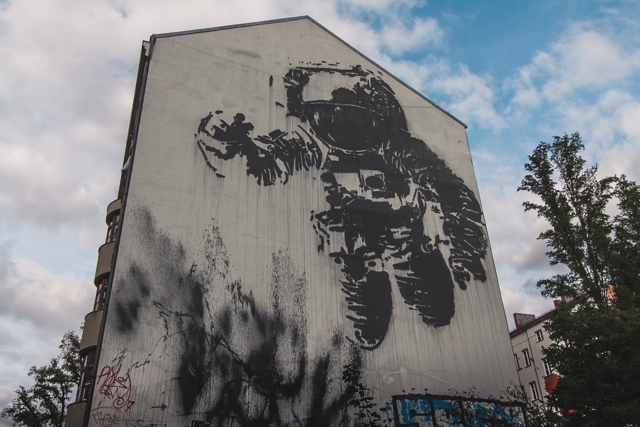 kreuzberg berlin graffiti astronaut