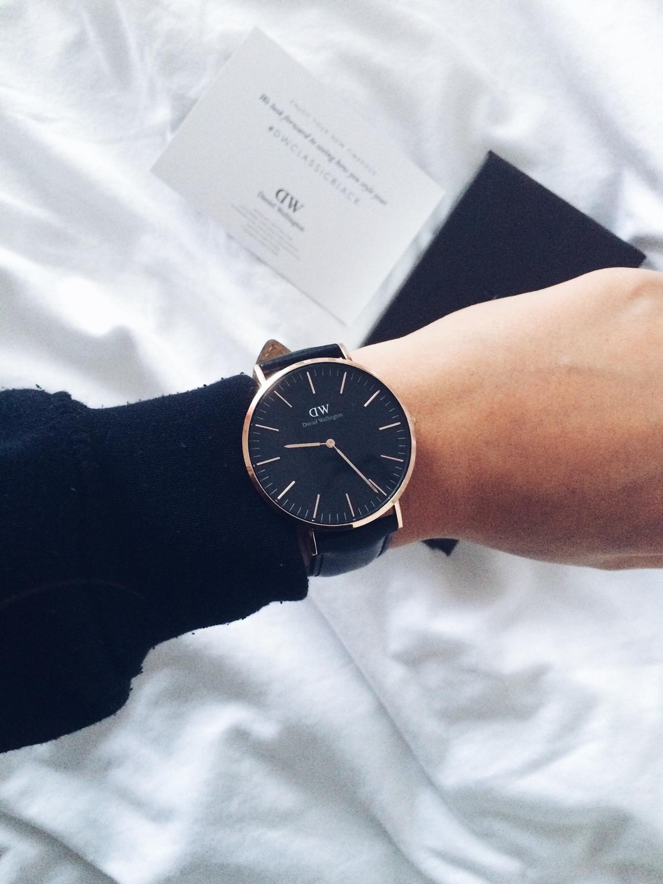 daniel wellington zegarek z czarną tarczą i skórzanym paskiem