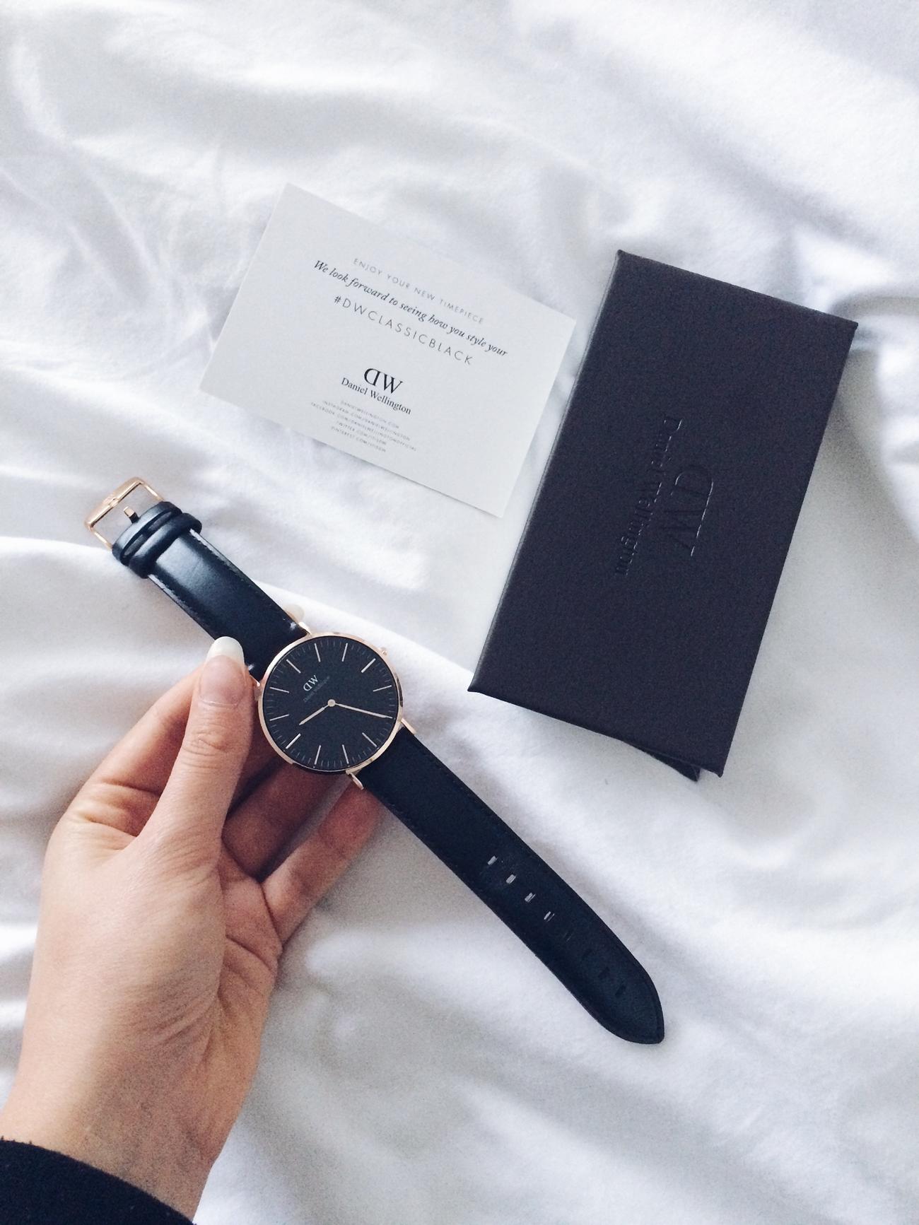 daniel wellington zegarek z czarną tarczą i skórzanym paskiem rabat zniżka kod rabatowy 15%