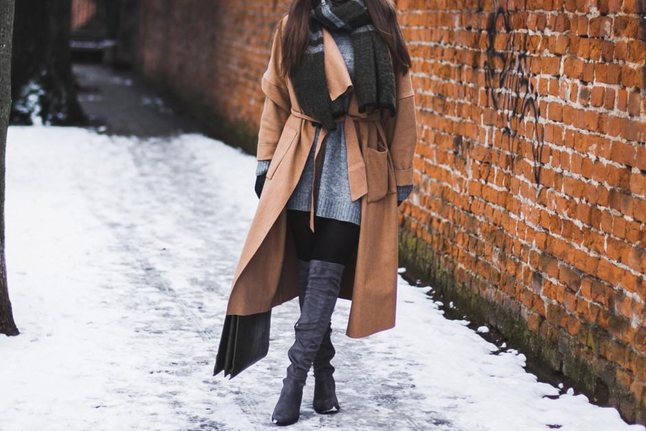 c53d5c216dd8 Długi płaszcz na zimę i szare kozaki za kolano - kolorowadusza.com