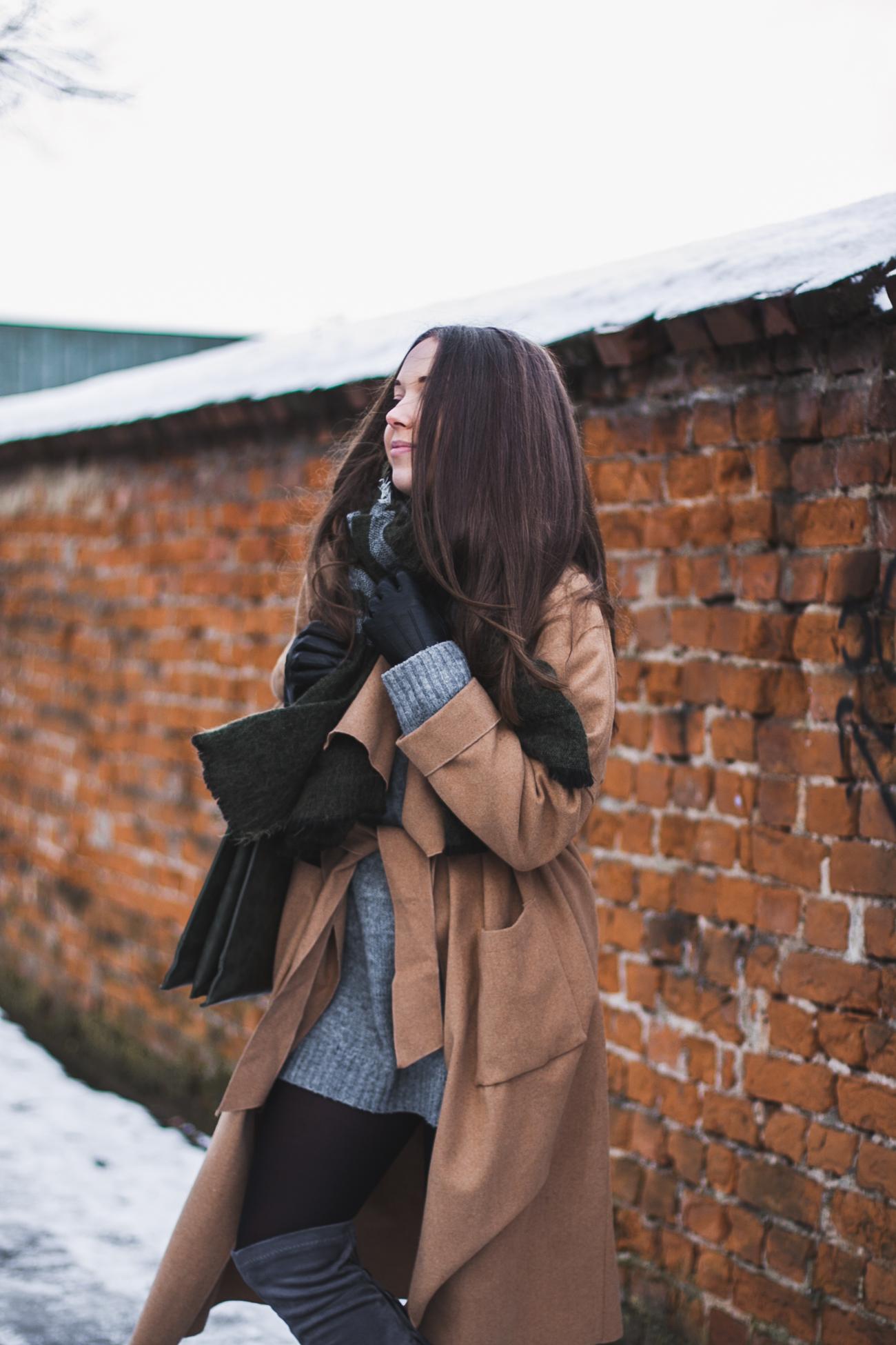 Beżowy długi płaszcz stylizacja
