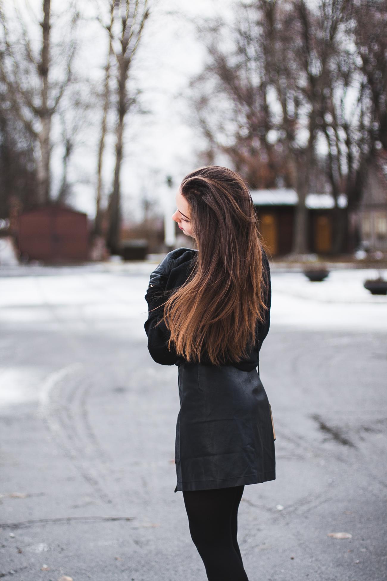 Czarna skórzana spódnica stylizacja