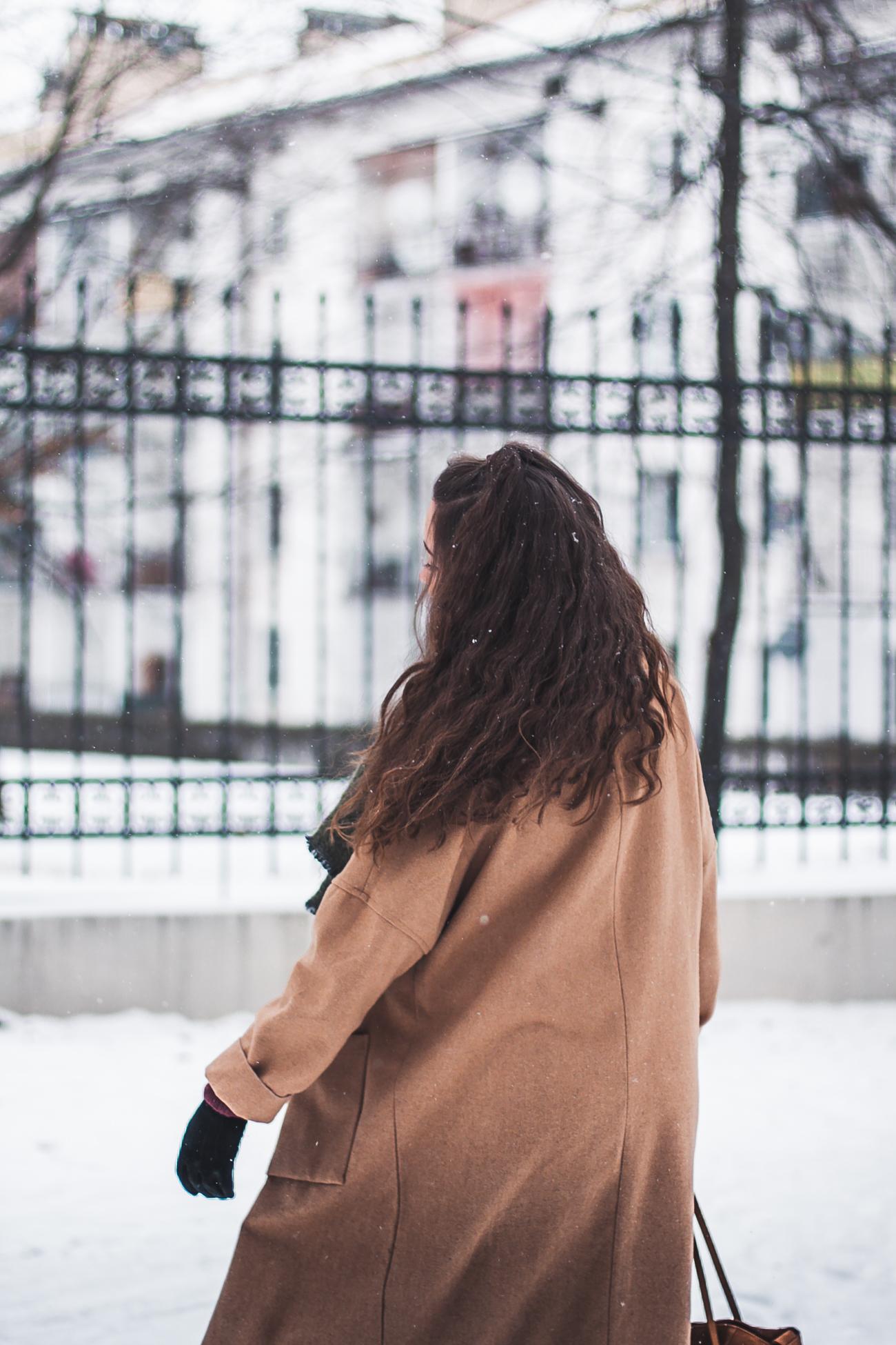 Długi płaszcz beżowy stylizacja