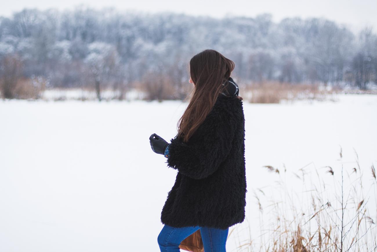 Czarne futro zimowa stylizacja