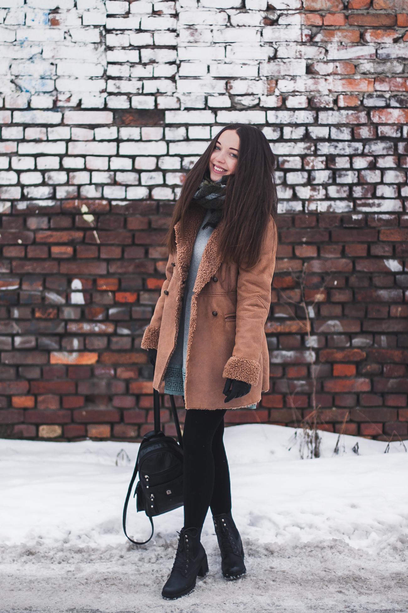 Karmelowy płaszcz zimowy stylizacja