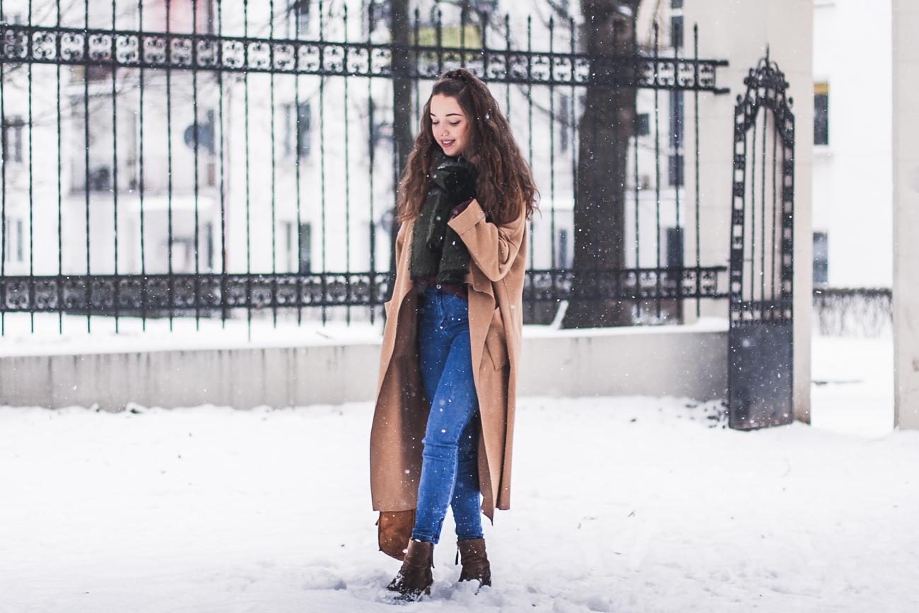 niebieskie jeansy stylizacja