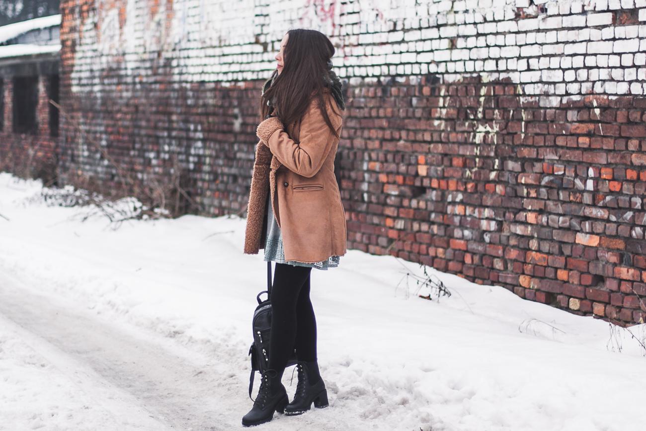stylizacja z karmelowym płaszczem