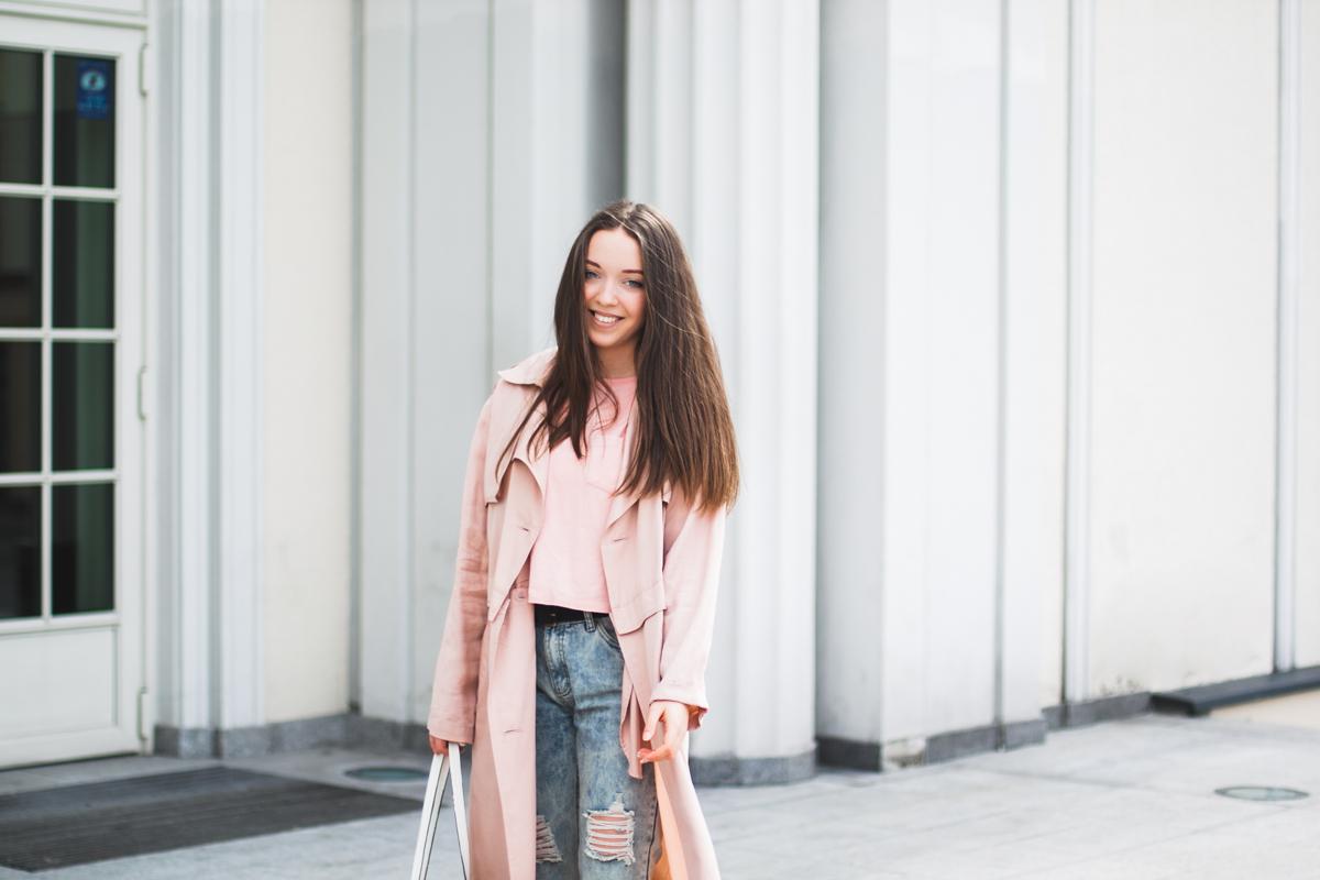 pastelowy wiosenny płaszcz prochowiec