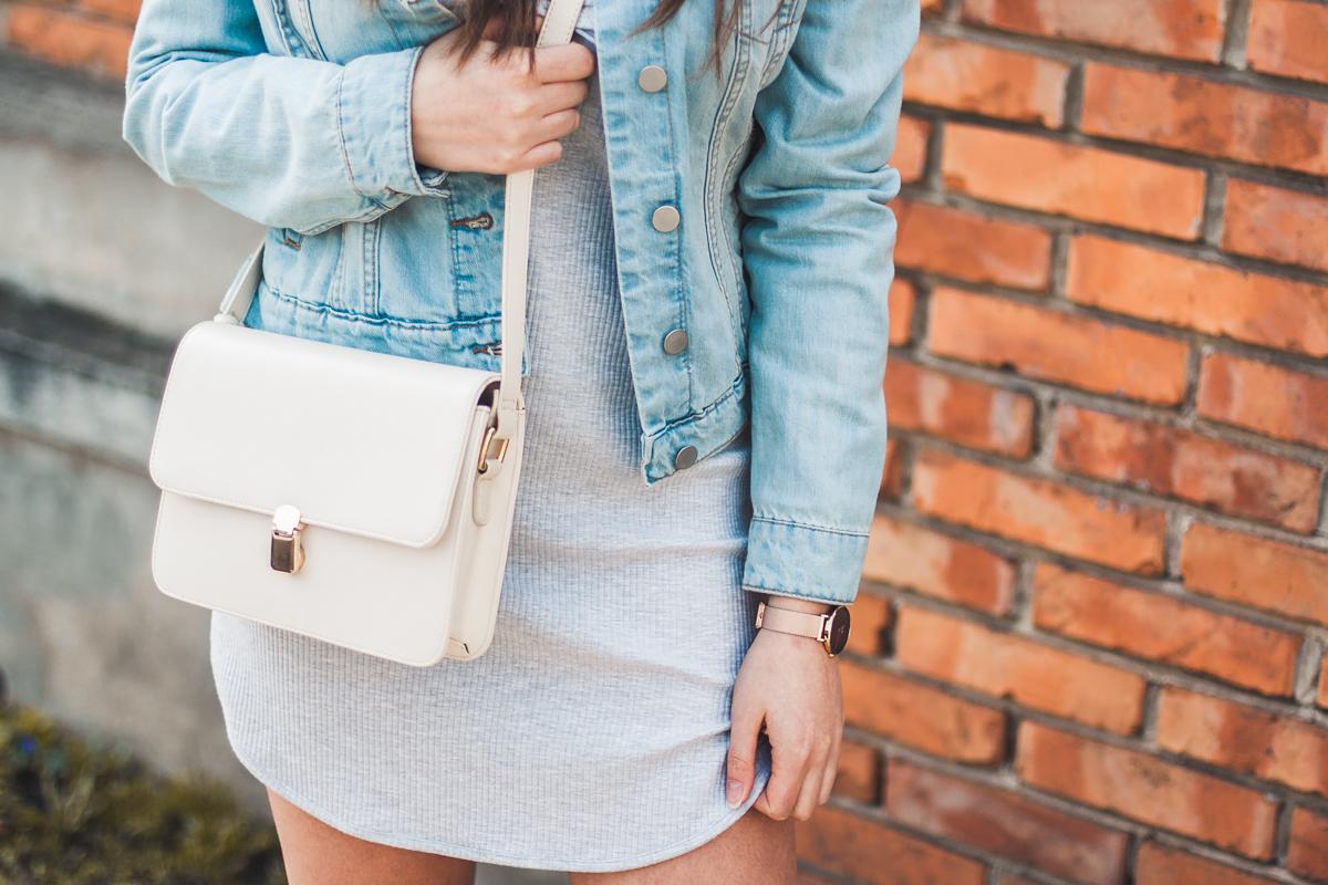 jeansowa kurtka i szara sukienka wiosenna