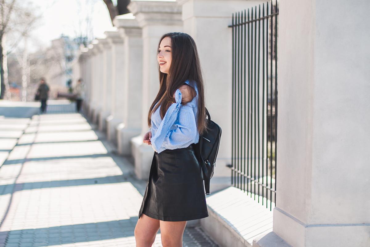 niebieska koszula w paski stylizacja jak nosić