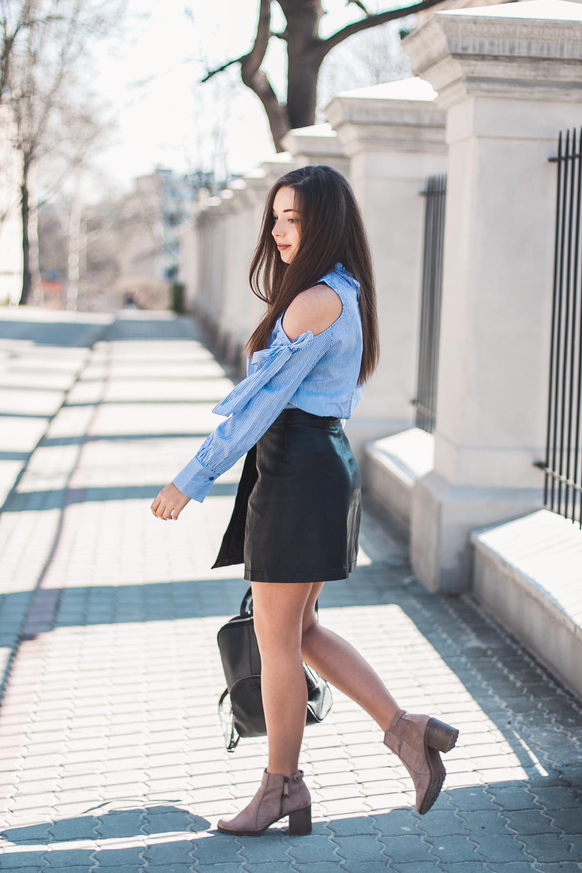 niebieska koszula damska czarna spódnica
