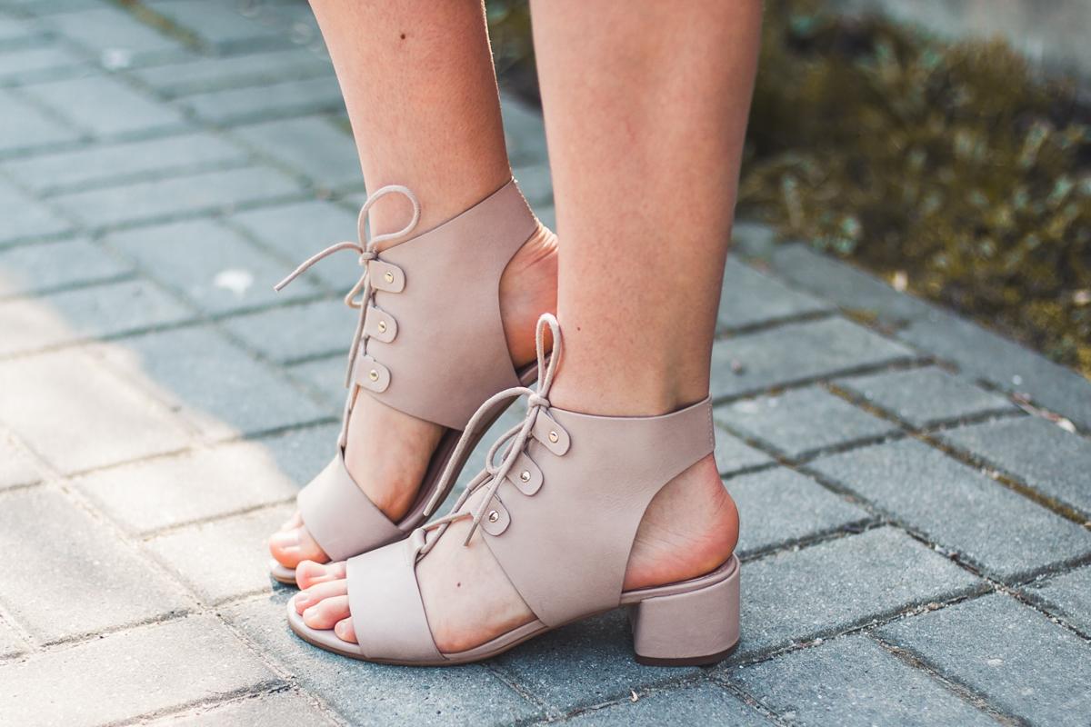 pastelowe pudrowe sandały na klocku wiązane buty topshop